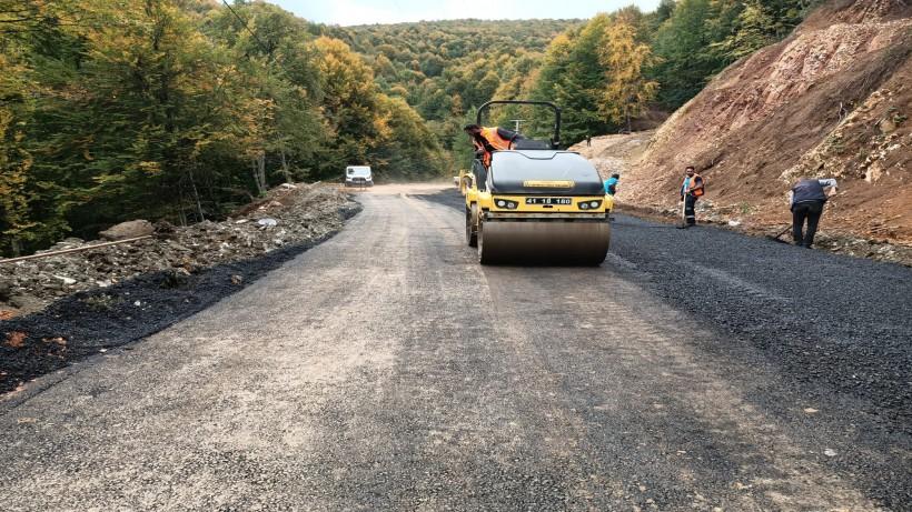 Heyelanla bozulan yol sağlamlaştırılarak asfaltlandı