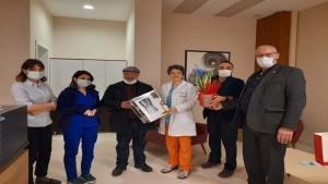 İzmit Belediyesi sağlık çalışanlarının bayramını kahve ve çiçeklerle kutladı
